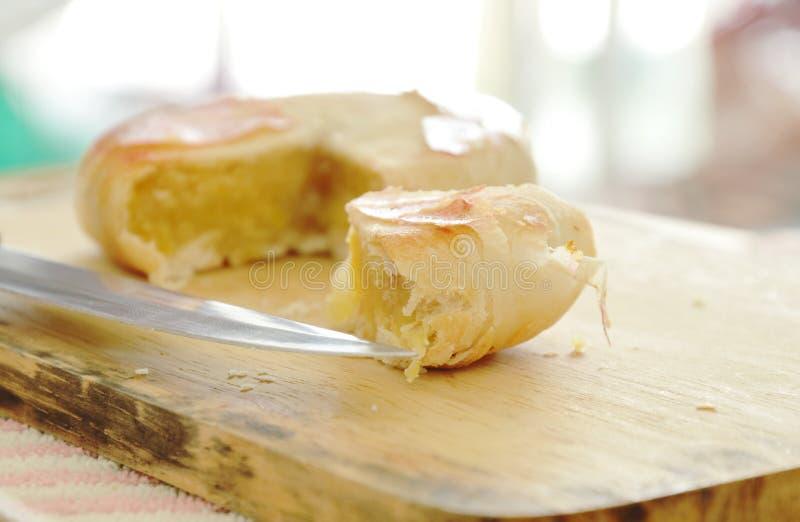 Chiński ciasto faszerujący mushed arachidowy i słony jajka cięcie dla kawałków na kotlecika bloku obraz stock