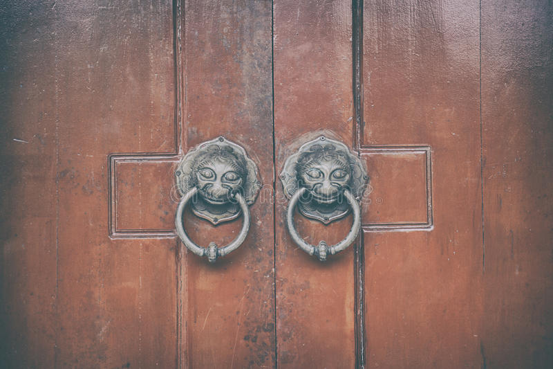 Chiński drewniany drzwi z lew głowy knocker architekturą zdjęcia stock