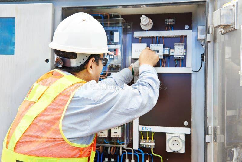 Chiński elektryk pracuje przy linii energetycznej pudełkiem obraz royalty free
