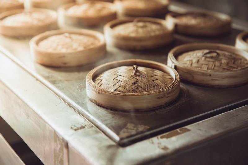 Chiński gorący parowy kucharstwo karmowy Yumcha lub dim sum w Bambusowym parostatku koszu obrazy stock