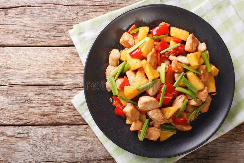Chiński jedzenie: pieczony kurczak z ananasem w cukierki i podśmietania sau obraz stock