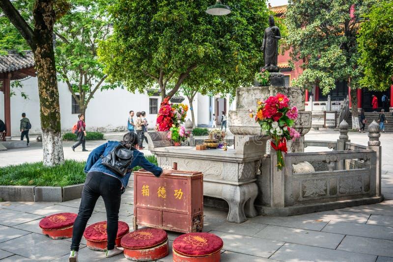 Chiński kobiety ofiary pieniądze bogini statua przy Guiyuan Buddyjską świątynią w Wuhan Hubei Chiny fotografia stock