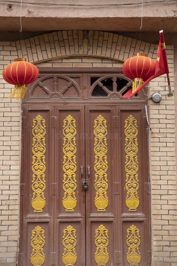 Chiński lampion i flaga nad zamkniętym drzwi, Kashgar, Xinjiang, C obraz royalty free