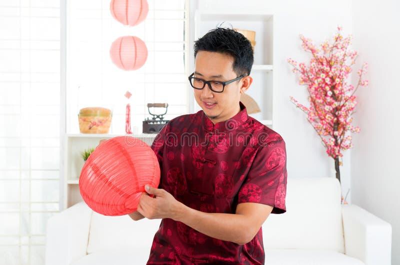 Chiński mężczyzna dekoruje dom zdjęcia stock