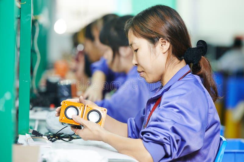 Chiński męski pracownik przy produkcją zdjęcie royalty free