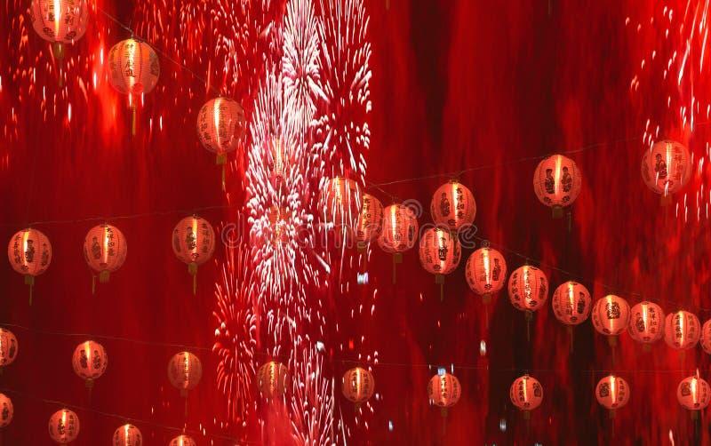 Chiński nowego roku świętowania tło z lampionami i fajerwerki w czerwieni dymimy obraz stock
