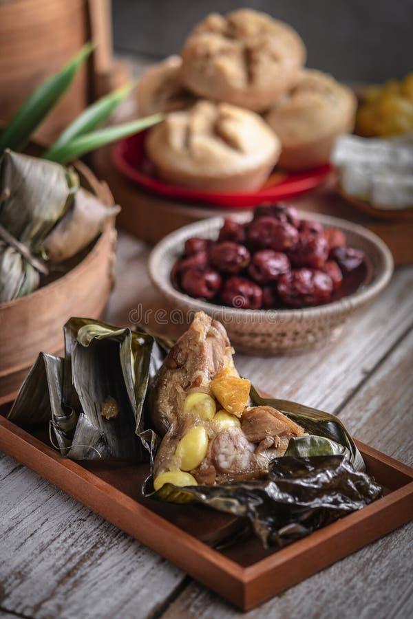 Chiński nowego roku przyjęcia stół z karmowymi i tradycyjnymi dekoracjami fotografia royalty free
