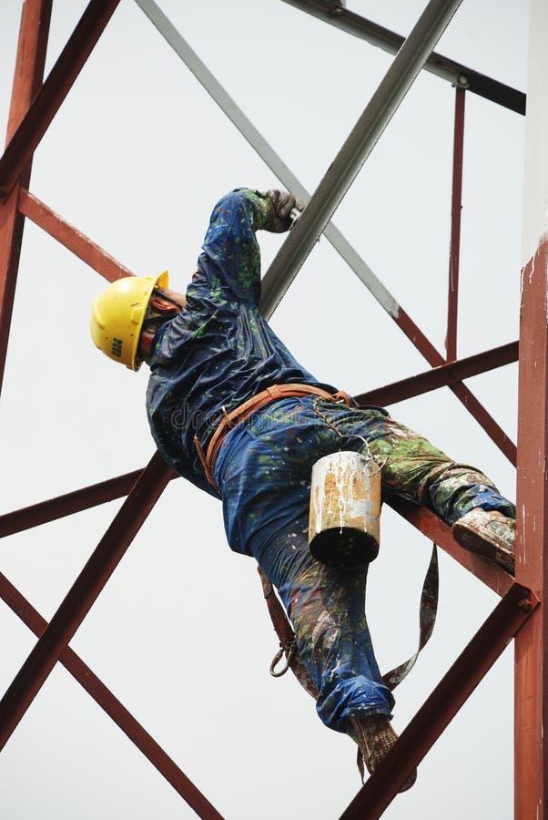 Chiński pracownik maluje stalową strukturę obraz royalty free