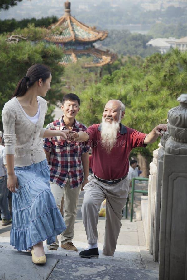 Chiński Rodzinny odprowadzenie W Jing shanu parku obraz royalty free