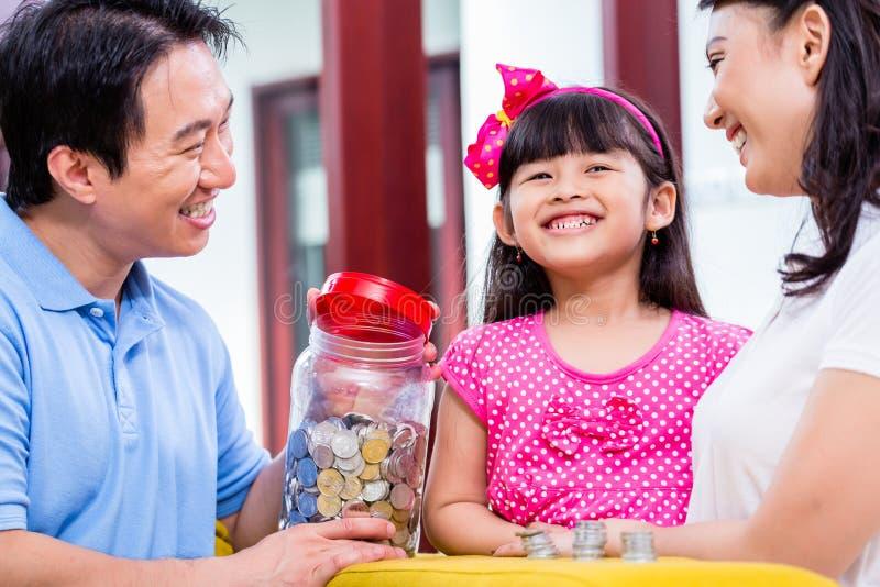 Chiński rodzinny oszczędzanie pieniądze dla szkoła wyższa funduszu obraz stock
