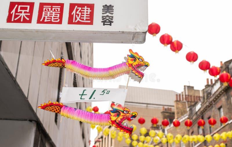 Chiński smoka papier bawi się obwieszenie od sklepowego znaka obrazy royalty free
