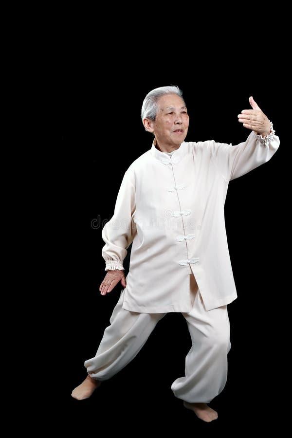 chiński starszy wykonuje tai obraz royalty free