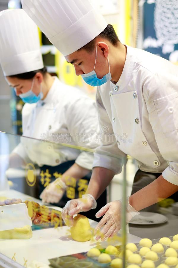 Chiński szef kuchni zrobił ciastu, srgb wizerunek