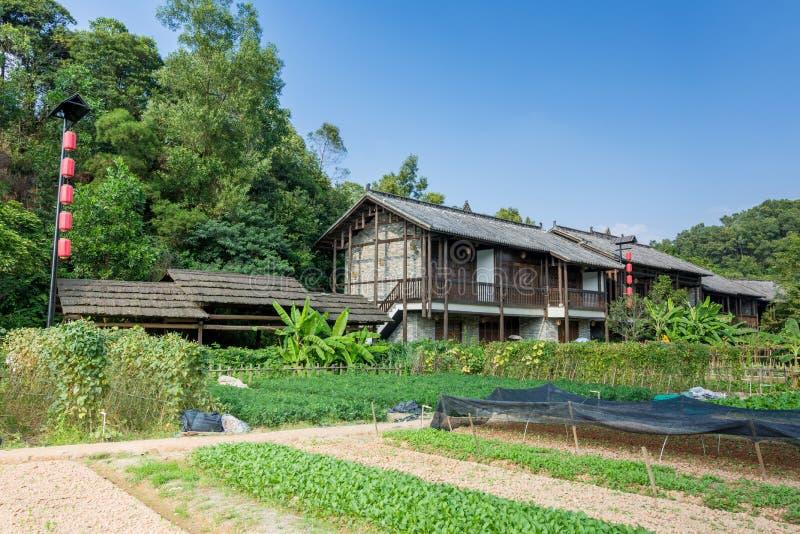 Chiński tradycyjny Hakka dom z jarzynowym ogródem obraz royalty free