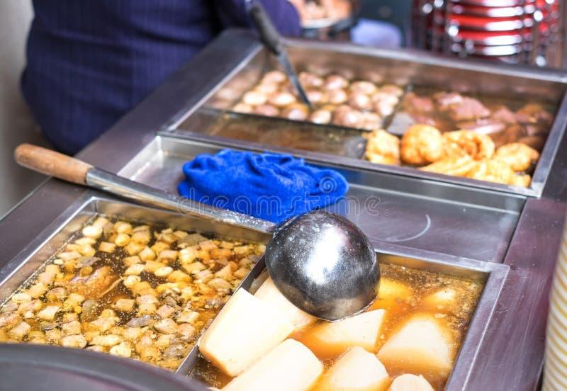Chiński uliczny jedzenie, Gotować się flaki z polewką fotografia royalty free