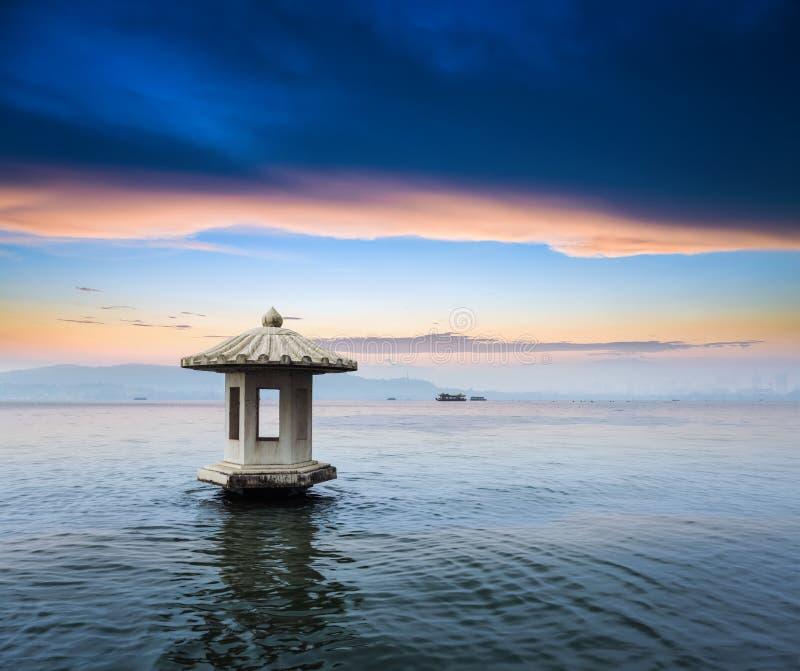 Chiński zachodni jezioro w zmierzchu zdjęcia stock