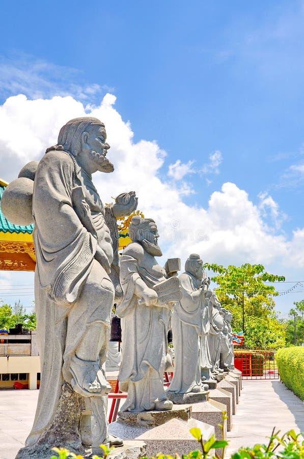 Chińskie Buddha statuy w rzędzie, przeciw świątyni fotografia royalty free