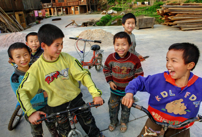 Chińskie chłopiec jedzie rowery na Dong etnicznej wiosce zaludniają. zdjęcia stock