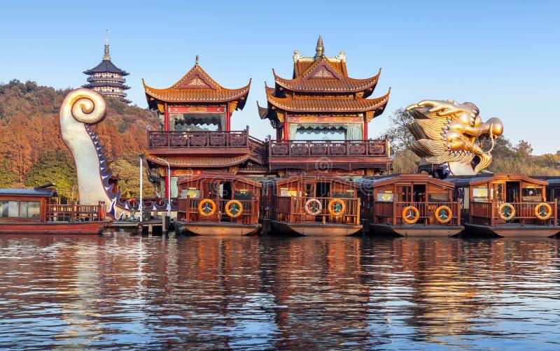 Chińskie drewniane przyjemności łodzie, Zachodni jezioro, Hangzhou miasto fotografia stock