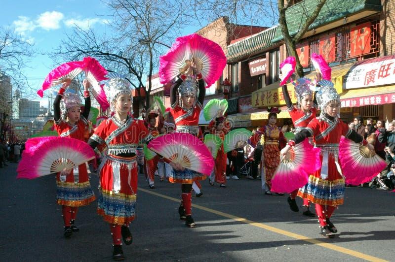 Chińskie dziewczyny z Różowymi fan Wykonują w Vancouver, Chinatown nowy rok parada obraz royalty free