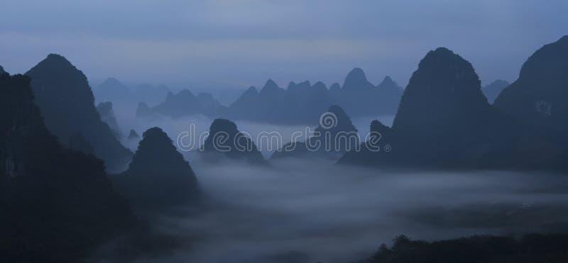 Chińskie góry w mgle i mgle zdjęcia royalty free