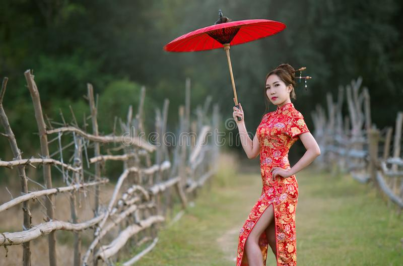 Chińskie kobiety w tradycj sukniach obraz stock