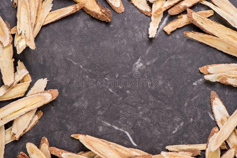 Chińskie ziołowe medycyny -- Astragal na kamiennym tle, puste miejsce dla teksta obrazy royalty free