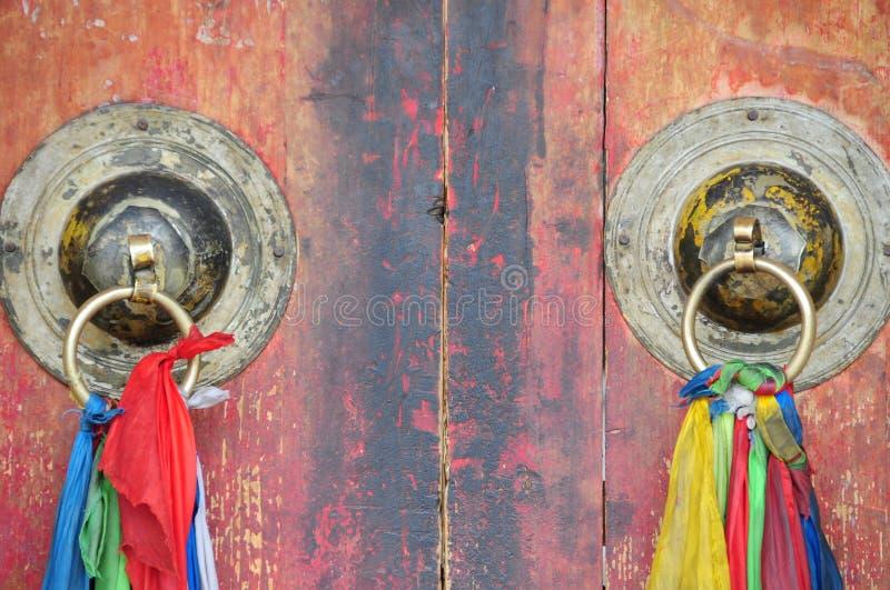 Chińskiego świątynnego architektura metalu drzwiowy knocker obraz royalty free