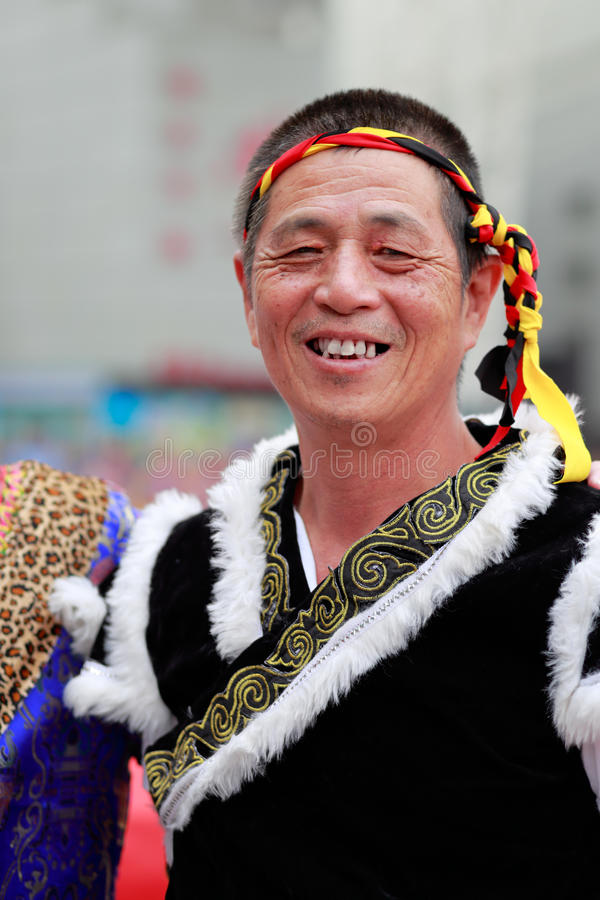 Chińskiego buyi starszych osob etniczny mężczyzna