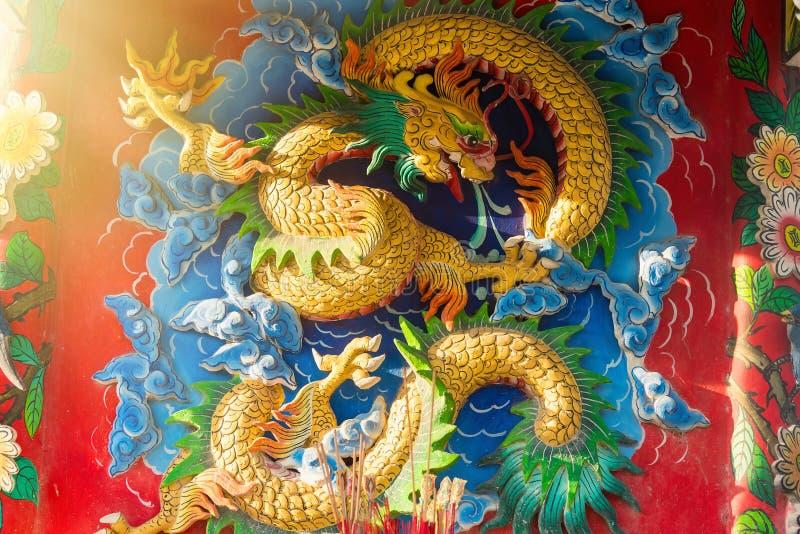 Chińskiego stylu smok rzeźbi na świątynnych ścianach Bangkok Tajlandia obrazy stock