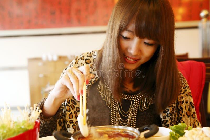 chińskiej łasowania dziewczyny gorący garnek fotografia stock