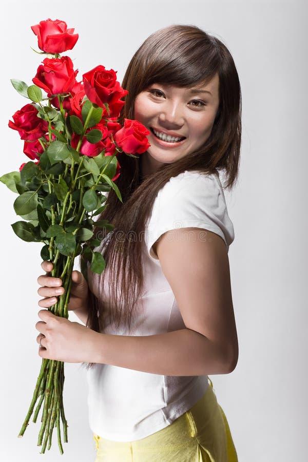chińskiej ślicznej dziewczyny szczęśliwe róże obrazy royalty free
