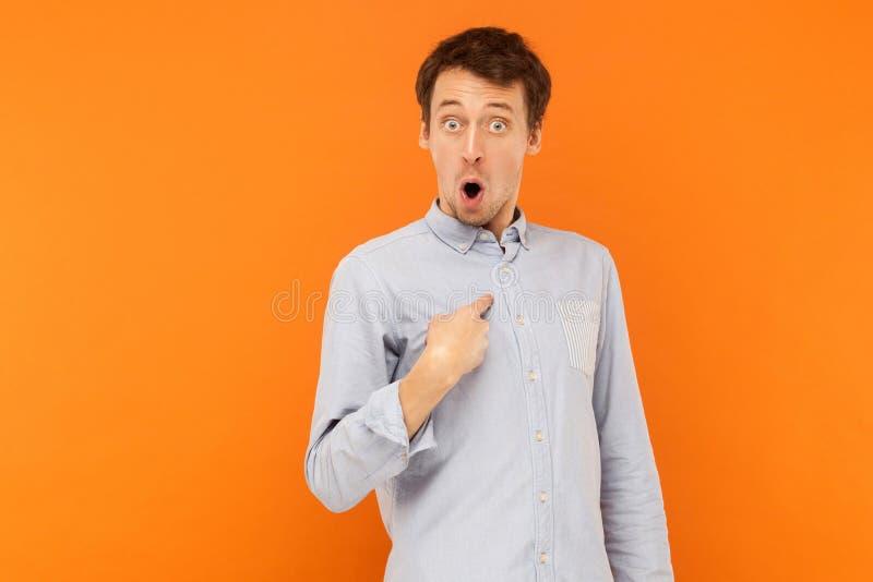 Chi, ` m. dei? Uomo colpito che esamina macchina fotografica e che indica i hims del dito fotografie stock libere da diritti