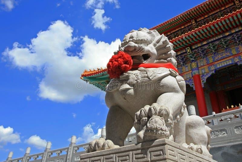 Chińska lew statua przeciw niebieskiemu niebu