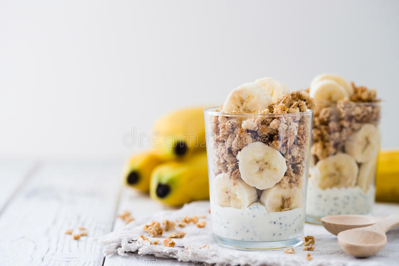 Chia布丁冷甜点,层状酸奶用香蕉,格兰诺拉麦片 复制空间 免版税库存图片