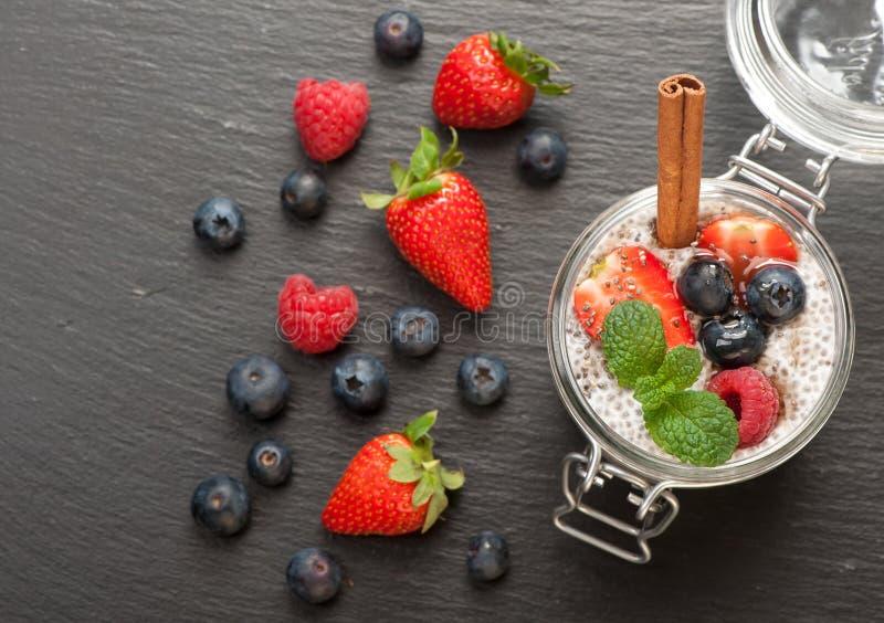 Chia布丁用椰奶和莓果 顶视图 免版税库存图片