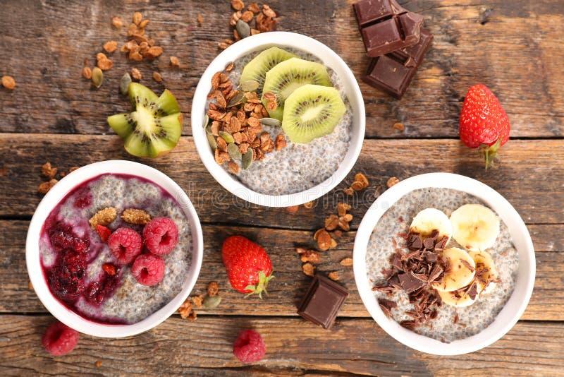 Chia, Getreide und Früchte stockfotografie