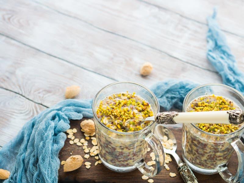 Chia-Haferpudding mit Quinoa, Banane, Pistazie lizenzfreie stockfotos