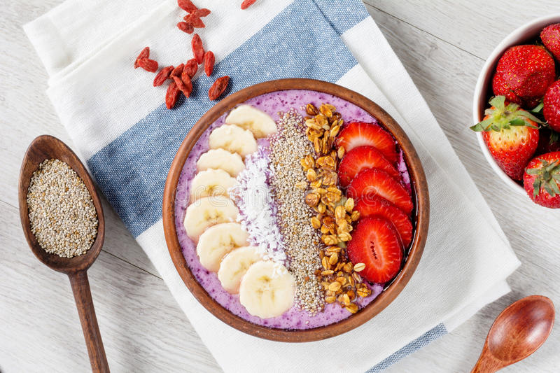 Chia-Pudding mit acai Beeren, Erdbeeren, muesli und Banane lizenzfreie stockfotografie