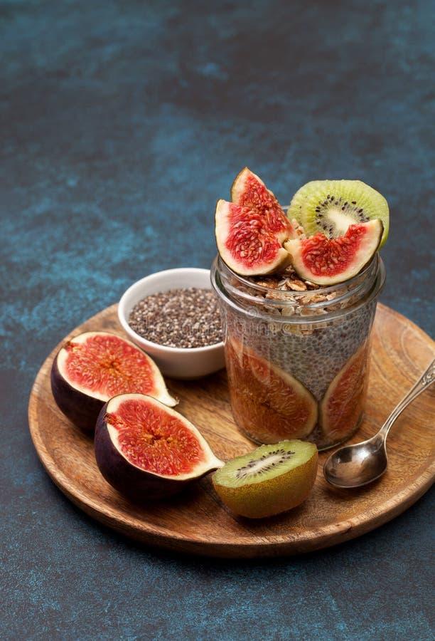Chia-Pudding mit Feigen stockfotos
