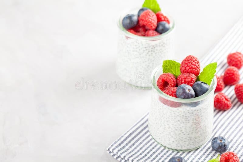 Chia-Pudding mit frischen Beeren und Mandel melken Superfood-Konzept Diät des strengen Vegetariers, des Vegetariers und der gesun stockfoto