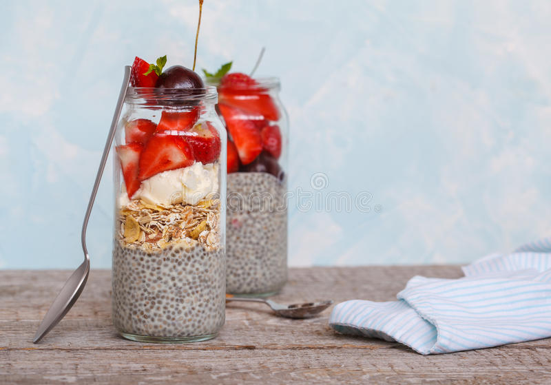 Chia-Pudding mit strawberrie stockbild
