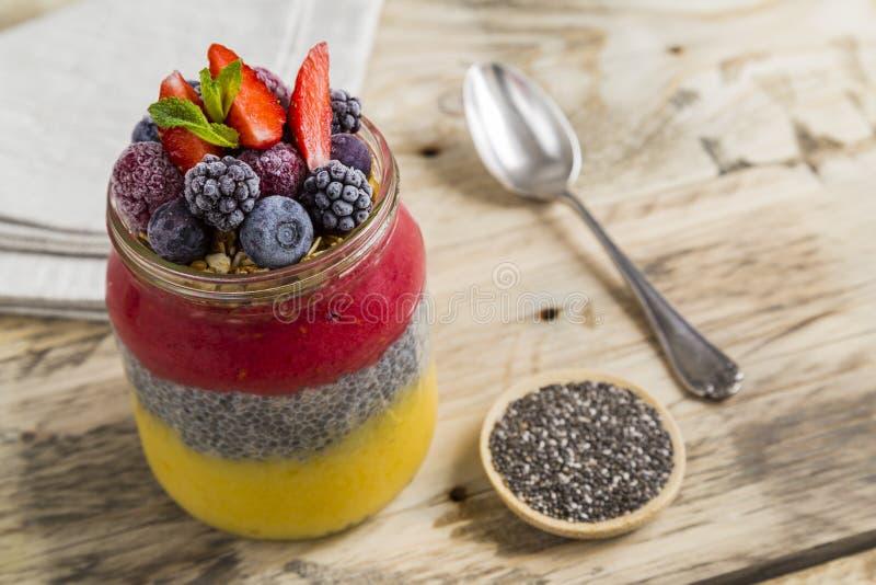 Chia pudding z granola i jagodową owoc fotografia stock
