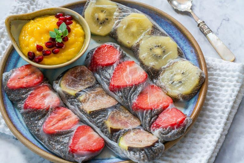 Chia-Samen und Fruchtreispapierrollen stockbild
