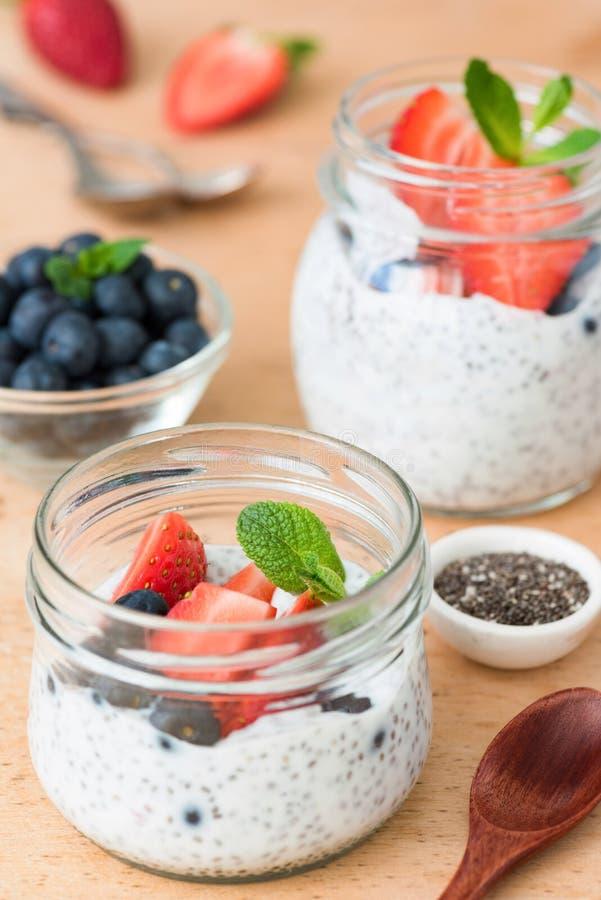 Chia-Samenpudding mit frischen Erdbeeren und Blaubeeren lizenzfreies stockfoto