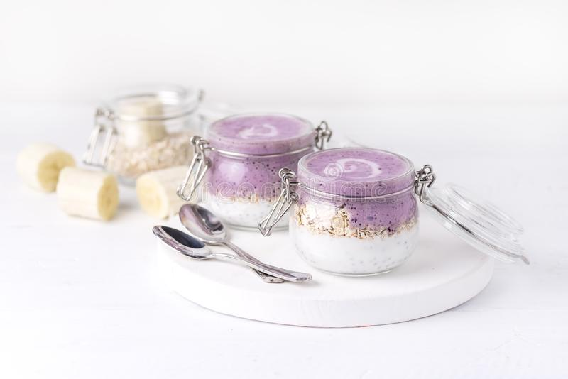 Chia Seeds Pudding With Oat-Banane und -blaubeerediät-Lebensmittel-weißer Hintergrund-Kopien-Raum strengen Vegetariers Yougurt ve stockfotos