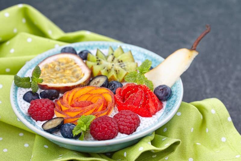 Chia ziarna pudding z jagodami zdjęcia stock