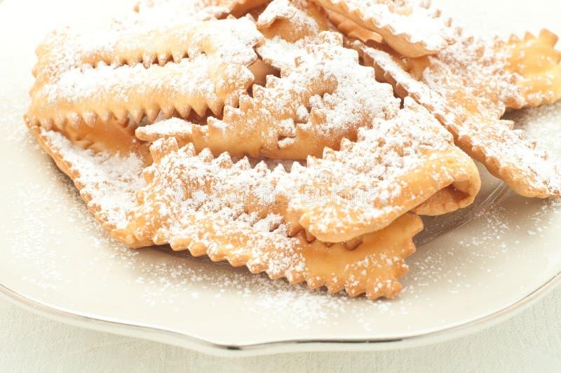 Chiacchere, χαρακτηριστική ιταλική ζύμη που χρησιμοποιείται κατά τη διάρκεια του καρναβαλιού στοκ φωτογραφία