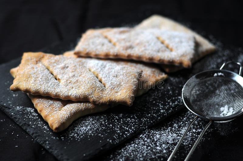 Chiacchere tipico del dolce italiano fotografie stock libere da diritti