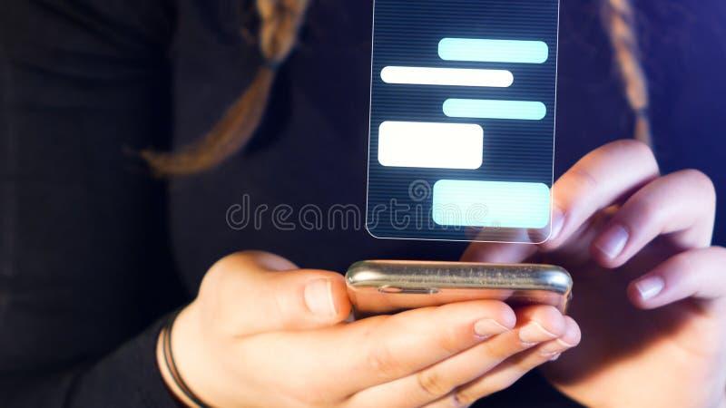 Chiacchierata dell'adolescente con il telefono cellulare, le mani ed il dettaglio del cellulare, metraggio adatto ad argomenti qu fotografia stock libera da diritti
